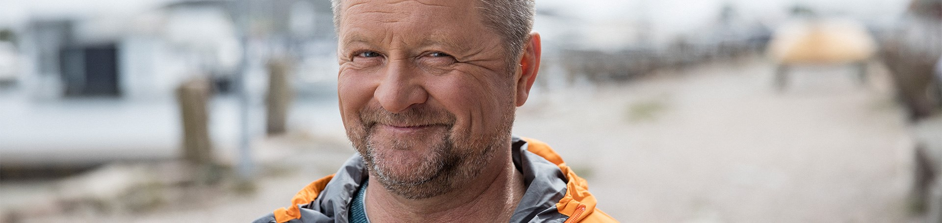 VP_VP_ALL_1920x455_1805_Stig_Strand_Orangejacket_Summer_Closeup.jpg